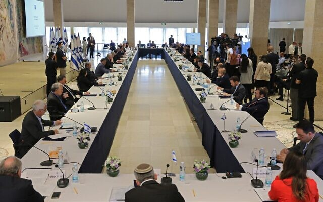 This picture taken on May 24, 2020, shows a general view of a cabinet meeting of the new government at Chagall State Hall in the Knesset in Jerusalem. (ABIR SULTAN / POOL / AFP)