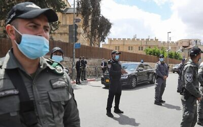 Officers stand guard as a convoy transporting Prime Minister Benjamin Netanyahu arrives at the Jerusalem District Court on May 24, 2020 (Menahem KAHANA / AFP)