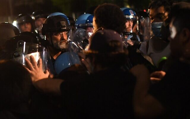 Protesters face off with police outside the White House in Washington, DC, early on May 30, 2020 during a demonstration over the death of George Floyd, a black man who died after a white policeman kneeled on his neck for several minutes (Eric BARADAT / AFP)