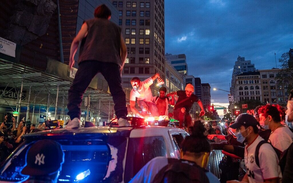 Protesters vandalize a police cruiser in Union Square on May 30, 2020 in New York City (David Dee Delgado/Getty Images/AFP)