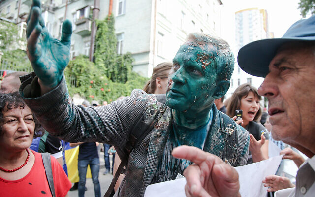 AntAC founder Vitaliy Shabunin was attacked with green antisepitic dye and pelted with pies during an anti-graft protest in Ukraine on July 17, 2018 )Photo Vyacheslav Ratynskyi / UNIAN)