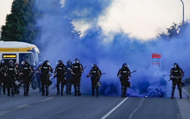 US police in riot gear prepare to advance on protesters, May 30, 2020, in Minneapolis. (AP Photo/John Minchillo)