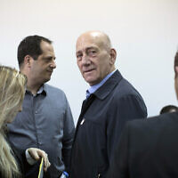 Former prime minister Ehud Olmert, center, waits in a courtroom before a verdict in Jerusalem's District Court on Monday, March 30, 2015. (AP/Abir Sultan, Pool)