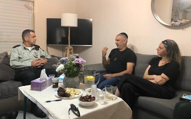 IDF chief of staff Aviv Kohavi (L) visiting the parents of soldier Amit Ben Ygal who was killed by a rock thrown by a Palestinian during a West Bank operation, May 28, 2020. (Israel Defense Forces)
