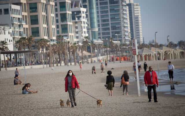 Israelis enjoy the beach promenade and beach in Tel Aviv, as some restrictions on exercise are lifted, May 1, 2020. (Miriam Alster/FLASH90)