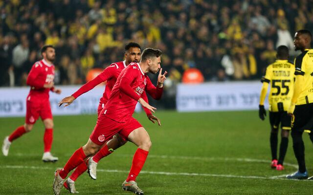 Hapoel Tel Aviv soccer players celebrate a goal during an Israeli Premier League match against Beitar Jerusalem at the Teddy Stadium in Jerusalem on February 17, 2020. (Flash90)