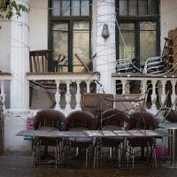 A closed cafe on Nachalat Binyamin Street  in  Tel Aviv, on April 14, 2020. (Miriam Alster/ Flash90)