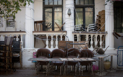 A closed down cafe on Nachalat Binyamin Street in Tel Aviv on April 14, 2020 (Miriam Alster/Flash90)