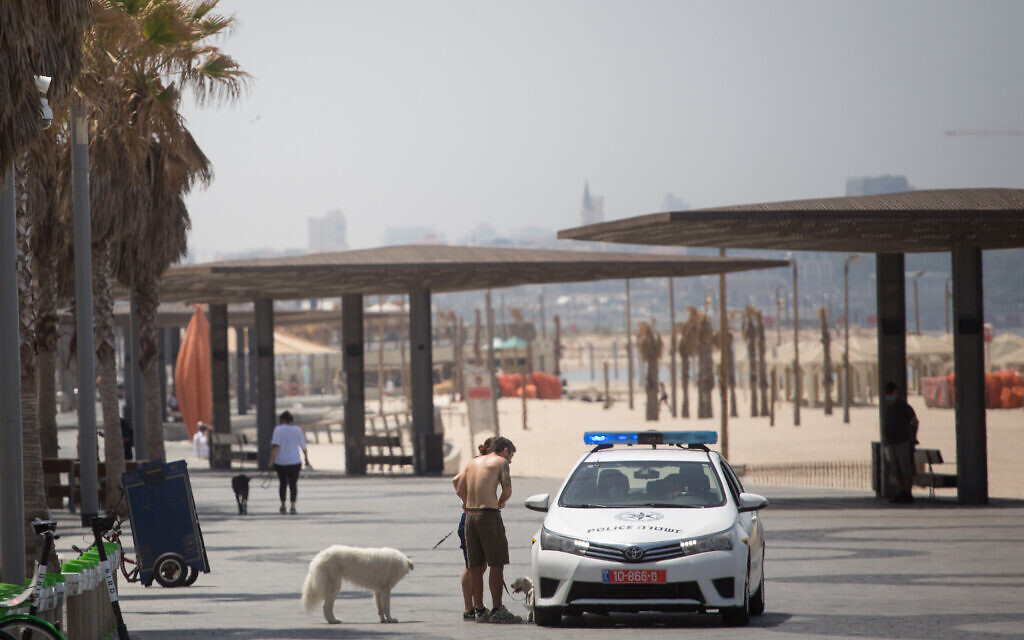 Police patrol the beach in Tel Aviv, making sure people are keeping to the government's restrictions in the fight against the spread of coronavirus, April 22, 2020. (Miriam Alster/Flash90)