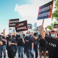 El Al workers protest against the company's intention to withdraw funds from the workers' compensation funds, in front of Bat Yam Regional Court on April 30, 2020 (Flash90)