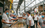 Israelis shop at a market in Ramle on May 1, 2020. (Yossi Aloni/Flash90)