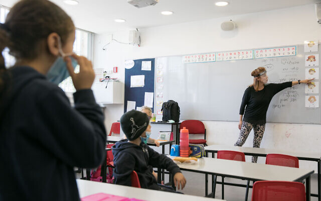Illustrative: Israeli students wear protective face masks as they return to school for the first time since the outbreak of the coronavirus on May 3, 2020 in Jerusalem. (Olivier Fitoussi/Flash90)