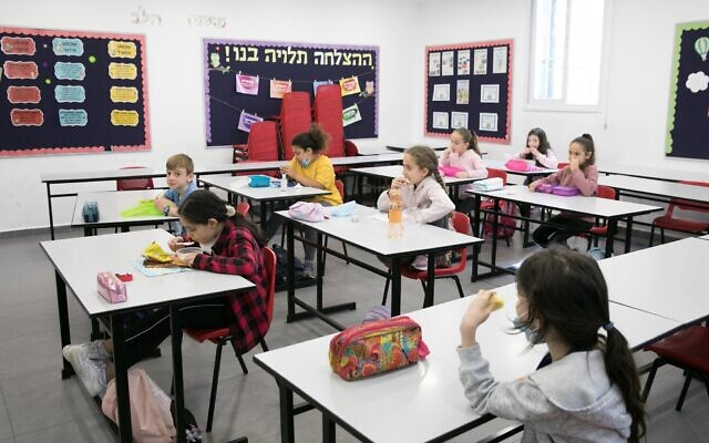 Israeli students return to school for the first time since the outbreak of the coronavirus on May 3, 2020, in Jerusalem. (Olivier Fitoussi/Flash90)