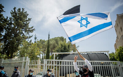 Israelis protest against government corruption and for democracy, outside the Prime Minister's Residence in Jerusalem on May 3, 2020. (Yonatan Sindel/Flash90)