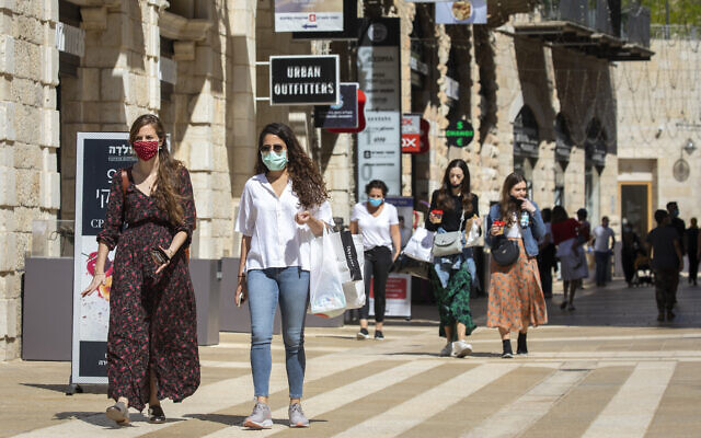 Israelis at the Mamilla Mall near Jerusalem's Old City on May 4, 2020. (Olivier Fitoussi/Flash90)