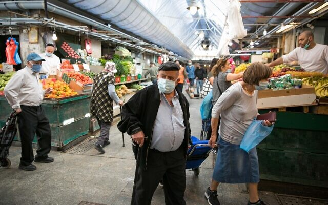 People in the Mahane Yehuda market in Jerusalem after it reopened according to the new government orders, May 7, 2020. (Olivier Fitoussi/Flash90)