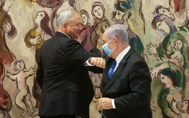 Prime Minister Benjamin Netanyahu (right) and Blue and White party leader Benny Gantz at the Knesset, May 17, 2020, after the new government was sworn in. (Alex Kolomoisky/POOL)