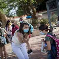 Israeli students and teachers wear protective face masks as they return to school, at Hashalom School in Mevasseret Zion, near Jerusalem, May 17, 2020. (Yonatan Sindel/Flash90)
