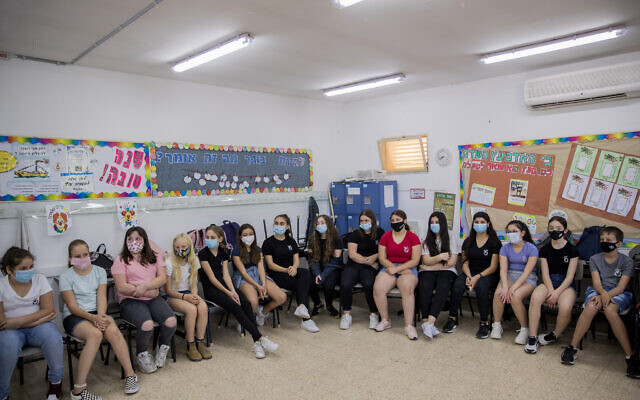 Israeli students and teachers wear protective face masks as they return to school, at Hashalom School in Mevaseret Zion, near Jerusalem, May 17, 2020. (Yonatan Sindel/Flash90)