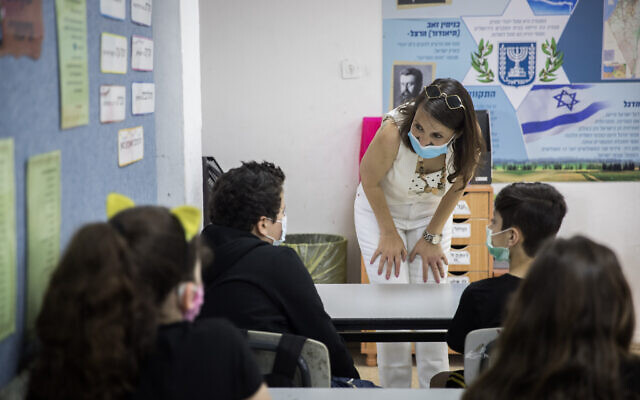 Illustrative: Israeli students and teachers wear protective face masks as they retun to school, at Hashalom School in Mevasseret Zion, near Jerusalem, May 17, 2020. (Yonatan Sindel/Flash90)