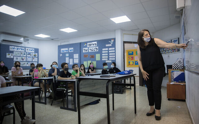 Israeli students and teachers wear protective face masks as they retun to school, at Hashalom School in Mevaseret Zion, near Jerusalem, on May 17, 2020. (Yonatan Sindel/Flash90)