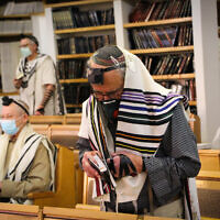 Jewish men pray at a synagogue in the West Bank settlement of Efrat, Gush Etzion, May 20, 2020. (Gershon Elinson/Flash90)