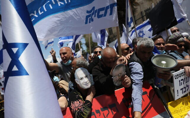 Right-wing activists demonstrate outside the District Court in Jerusalem in support of Prime Minister Benjamin Netanyahu, who's trial on criminal allegations of bribery, fraud and breach of trust is set to start today. May 24, 2020 (Yonatan Sindel/FLASH90)