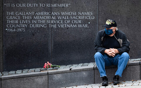 Vietnam Veteran Kitch Kichula, wearing a protective face mask as a precaution against the coronavirus, pays his respects at the at the Vietnam War Memorial on Memorial Day in Philadelphia, Pennsylvania, May 25, 2020. (AP/Matt Rourke)