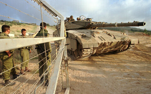 Israeli soldiers opening gates for tank during the IDF's withdrawal from Lebanon, on June 22, 2000. (Flash90)
