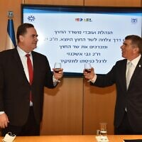 Incoming Foreign Minister Gabi Ashkenazi, right, with his predecessor, incoming Finance Minister Israel Katz, at the Foreign Ministry in Jerusalem, May 18, 2020 (Foreign Ministry)