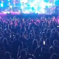 Thousands at a concert in Tel Aviv on May 21, 2020. (screen capture: Twitter/Itay Blumenthal)