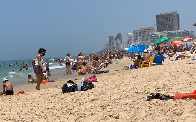 Crowds on the beach at Rishon Lezion, May 16, 2020 (ToI staff)