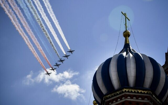 Russian Sukhoi Su-25 assault aircrafts release smoke in the colours of the Russian flag while flying over Red Square during a military parade, which marks the 75th anniversary of the Soviet victory over Nazi Germany in World War Two, in Moscow on June 24, 2020. (Alexander NEMENOV / AFP)