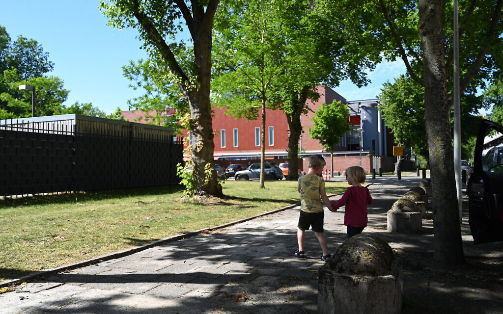 Children approach the Rosj Pina Jewish school building in Amsterdam, May 25, 2020. (Cnaan Liphshiz/ JTA)