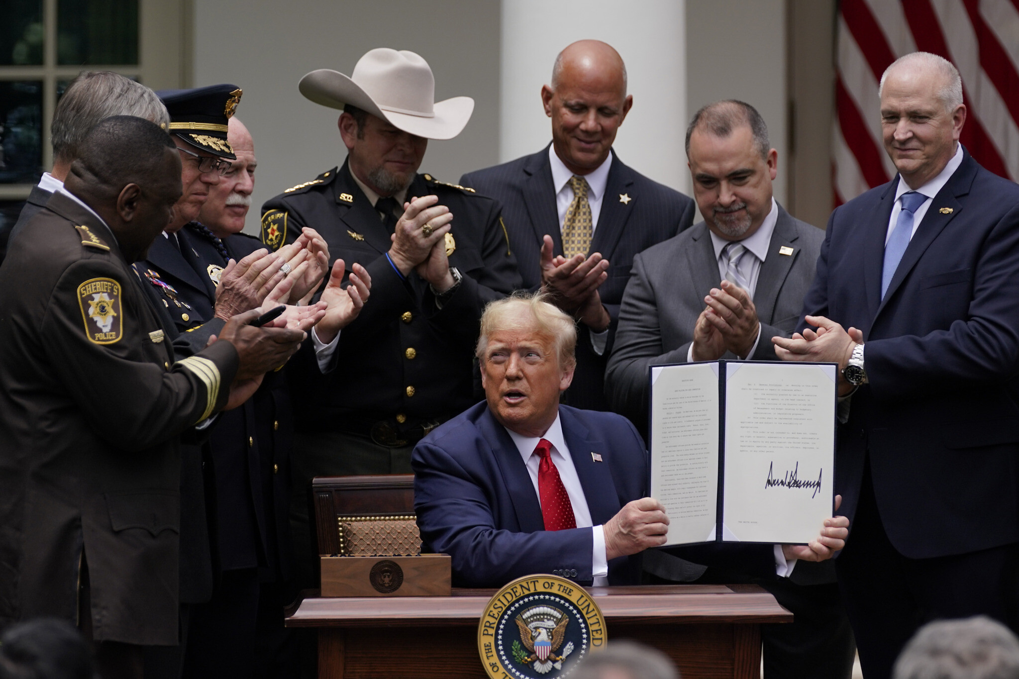 Donald Trump signs order pushing to reduce United States  police violence