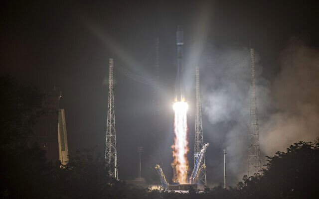 This photo provided by the CNES shows a Russian Soyuz rocket lifting off from the Kourou space base, French Guiana, Dec.18, 2019 (JM Guillon/ESA-CNES-Arianespace via AP)