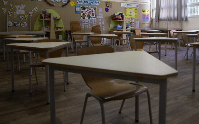 A classroom is empty at an elementary school in Tel Aviv, April 30, 2020. (Sebastian Scheiner/AP)