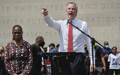 New York City Mayor Bill de Blasio speaks alongside his wife Chirlane McCray during a memorial service for George Floyd at Cadman Plaza Park in the Brooklyn borough of New York, June 4, 2020. (AP Photo/John Minchillo)