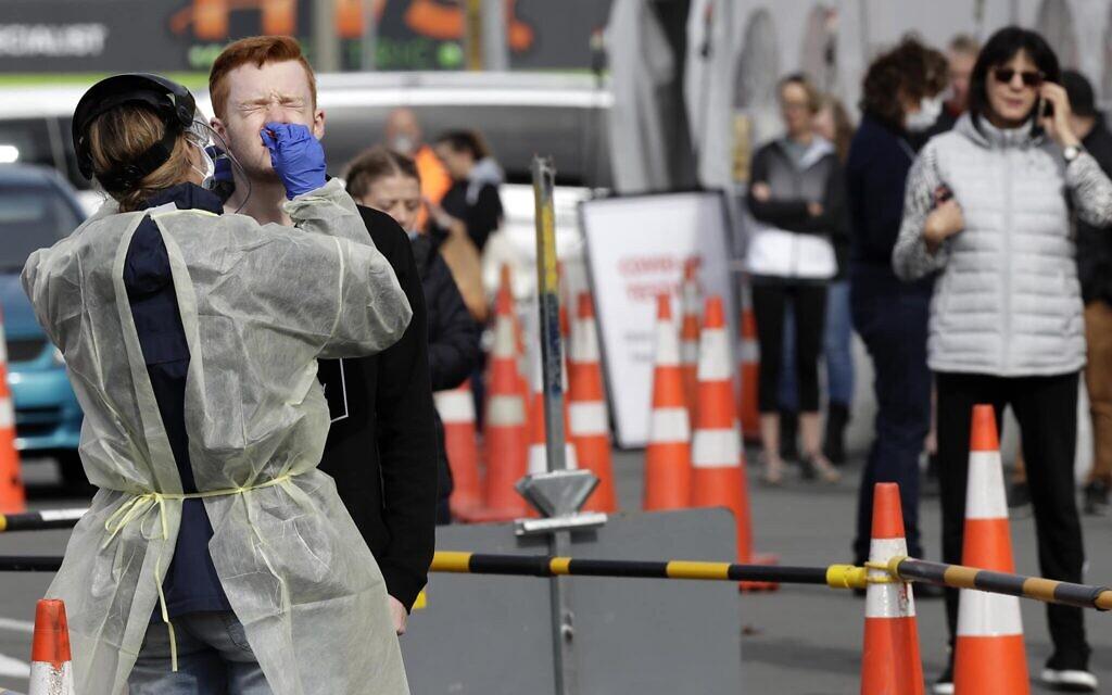 New Zealanders undergo coronavirus testing, April 17, 2020. (AP Photo/Mark Baker)