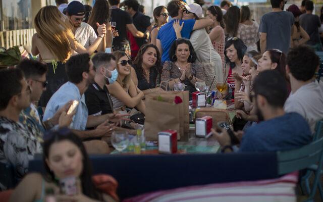 People in a snack bar in Barcelona, Spain, June 21, 2020 (AP Photo/Emilio Morenatti)
