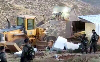 Israeli security forces raze buildings in the illegal outpost of Maoz Esther on June 15, 2020. (Geulat Zion)