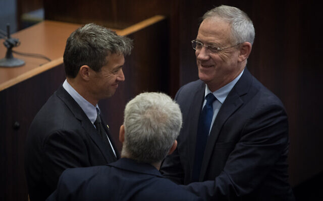 Yoaz Hendel (L) and Benny Gantz (R) at the Knesset on May 13, 2019. (Noam Revkin Fenton/Flash90 )
