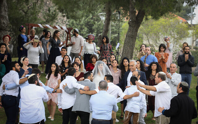 A couple celebrates their wedding at a public park in Efrat, March 15, 2020. (Gershon Elinson/Flash90)