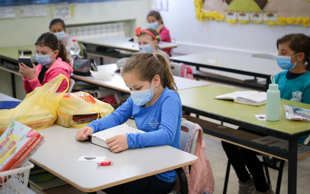 Elementary school at the Orot Etzion school in Efrat wore protective face masks when they returned to school on May 3, 2020 for the first time since the outbreak of the coronavirus. (Gershon Elinon/Flash90)