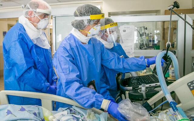 Medical staff at the coronavirus unit in Ichilov hospital, Tel Aviv, May 4, 2020. (Yossi Aloni/Flash90)