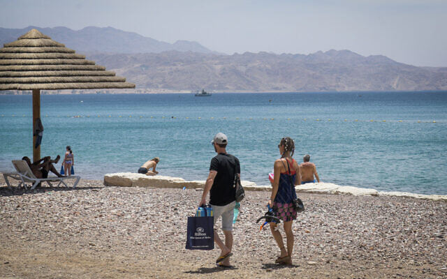 People at the Red Sea in the southern city of Eilat on May 13, 2020. (Yossi Zeliger/Flash90)