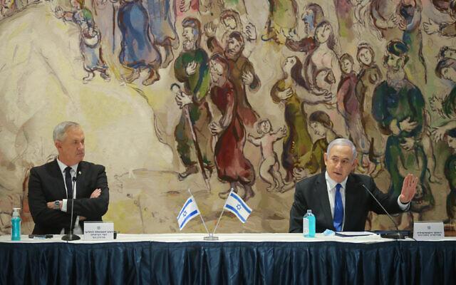 Prime minister Benjamin Netanyahu (R) and Defense Minister Benny Gantz at the Knesset, May 17, 2020. (Alex Kolomoisky/Pool)