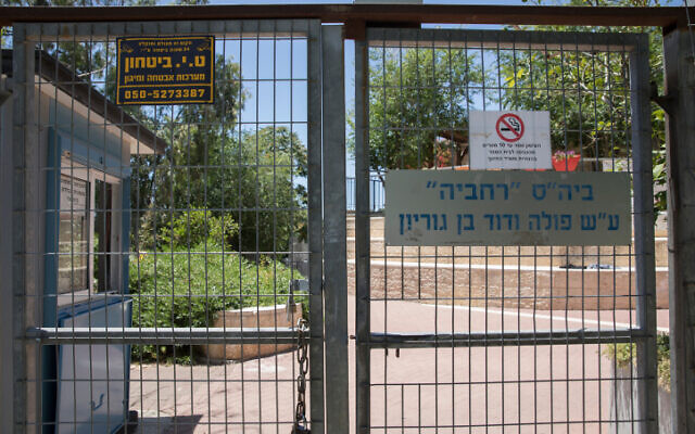 A shut high school in Jerusalem on May 31, 2020. (Olivier Fitoussi/Flash90)
