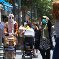 Israelis wearing face masks walk in Jerusalem on June 2, 2020. (Olivier Fitoussi/Flash90)