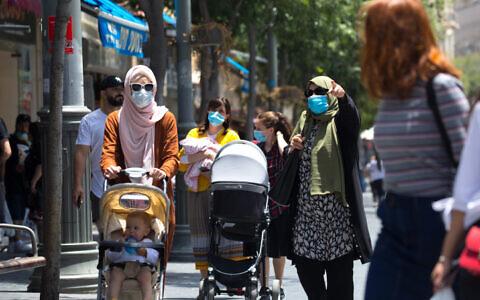 Israelis wearing face masks walk in Jerusalem on June 2, 2020. (Olivier Fitoussi/Flash90)